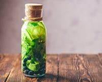 Flasche Wasser mit Kalk, Minze und Blaubeere Stockfotos