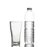 Flasche Wasser und Glas Lizenzfreie Stockfotos