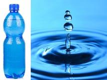 Flasche Wasser und Makrospritzen Stockfotografie