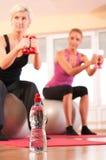 Flasche Wasser vor der Gruppe, die Eignung tut Lizenzfreie Stockfotografie