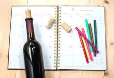 Flasche Wein auf Kalender Lizenzfreie Stockfotos