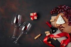 Flasche Wein, Geschenkbox, blauer stinky Käse, rote Trauben, Mandel Lizenzfreies Stockfoto
