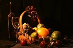 Flasche Wein, Gläser und Frucht Lizenzfreies Stockfoto