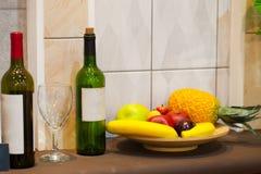 Flasche Wein und Weinglas auf dem Wandhintergrund Lizenzfreies Stockfoto