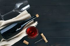 Flasche, Weingläser und Korkenzieher auf dunkler Tabelle lizenzfreie stockfotografie