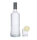 Flasche Wodka mit dem Kalk getrennt auf Weiß Stockfotografie
