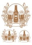 Flasche, zwei Gläser Bier Stockfotografie