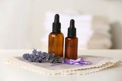 Flaschen ätherisches Öl mit Lavendel stockbild