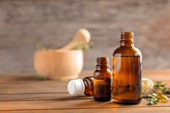 Flaschen ätherisches Öl mit Thymian lizenzfreies stockfoto