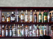 Flaschen Alkohol im Hotel in Kuba Stockbilder