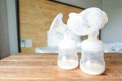 Flaschen der automatischen Brust pumpend mit der frischen Mutterbrust Mil stockfotografie