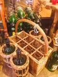 Flaschen in der Flechtweide Stockbild