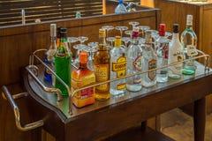 Flaschen der sortierten Auswahl an einer Restaurantbar, bereiten vor, um zu machen stockfoto