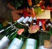 Flaschen der weißen Weine in der Elsass-Region Frankreich Lizenzfreies Stockfoto
