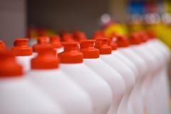 Flaschen des Abwaschreinigungsmittels auf dem Ladenregal stockbilder