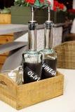 Flaschen des Balsamico-Essigs und der Olive Oil In Wooden Boxs Lizenzfreies Stockbild