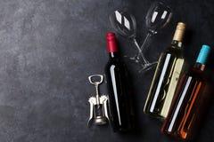 Flaschen des Rotes, der Rose und des weißen Weins lizenzfreies stockbild