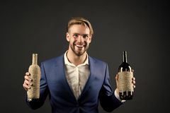 Flaschen des Sommeliergriffs zwei Wein Berufswein degustation Konzept Manngesellschaftsanzug mit Weinflaschen in den H?nden lizenzfreies stockfoto
