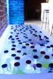 Flaschen in einem Eisbehälter Stockfotografie