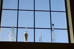 Flaschen in einem Fenster 2 Stockbilder