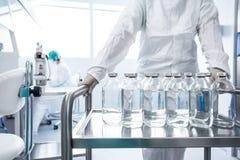 Flaschen in einem Labor Stockfoto