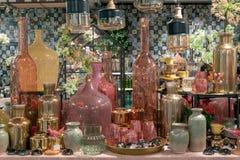 Flaschen in einem Shop auf Anzeige stockbilder