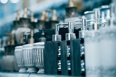 Flaschen für Seife im Speicher Lizenzfreie Stockfotografie