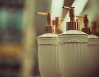 Flaschen für Seife im Speicher Stockbild