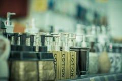 Flaschen für Seife im Speicher Stockbilder