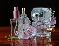 Flaschen Frauenparfüm auf dunklem Hintergrund Lizenzfreie Stockbilder
