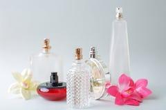 Flaschen Frauenparfüm auf weißem Hintergrund Lizenzfreie Stockfotos