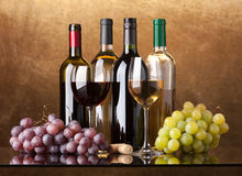 Flaschen, Gläser und Trauben Stockbild