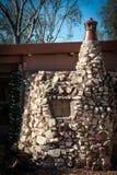 Flaschen-Haus gemacht vom Stein und von den Flaschen stockfotografie