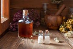 Flaschen homöopathische Pillen mit getrockneten Kräutern stockfotografie