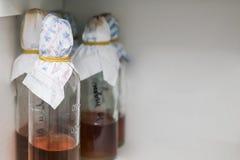 Flaschen im Labor Stockfoto