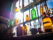 Flaschen im Regal einer Apotheke stockfoto