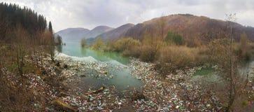Flaschen im Reservoirberg Stockfotos