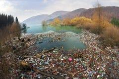 Flaschen im Reservoirberg Stockfoto