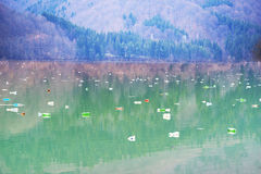 Flaschen im Reservoirberg Stockbilder