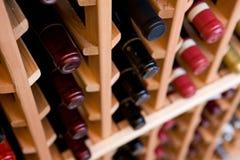 Flaschen im Weinkeller Stockfotos