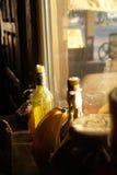 Flaschen-Kerze und ein Kürbis durch das Straßen-Fenster Lizenzfreies Stockfoto