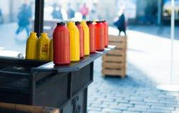 Flaschen Ketschup und Senf Stockbilder