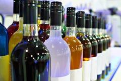 Flaschen mit Alkoholen in der Caféstange lizenzfreie stockbilder