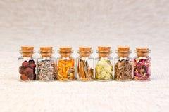 Flaschen mit den Kräutern benutzt in der Homöopathie Stockfotos