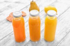 Flaschen mit den Obst- und gemüsesäften lizenzfreies stockbild