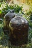 Flaschen mit einer dunklen Flüssigkeit lizenzfreie stockfotografie