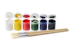 Flaschen mit Farben- und Kunstbürsten lizenzfreies stockbild