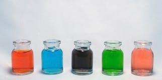 Flaschen mit farbiger Flüssigkeit Stockfotos