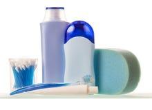 Flaschen mit Flüssigkeiten, Zahnpasta und Bürste, Wattestäbchen, Schwamm lokalisiert Stockfoto
