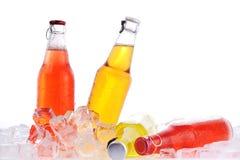 Flaschen mit Getränk im Eis stockfoto